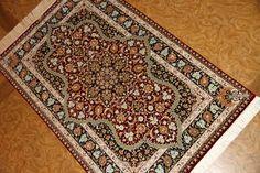 赤い色の玄関マットシルク手織りペルシャ絨毯クム56057、シルクラグマット赤い