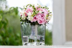 svatební kytice je uvázána z pivoněk, fresii a růží