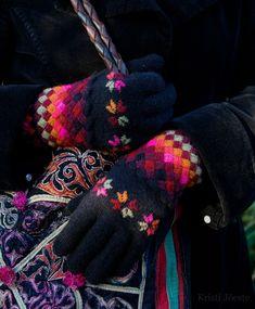 Star Gloves by Kristi Jõeste Wool Gloves, Knitted Gloves, Fingerless Gloves, Wrist Warmers, Hand Warmers, Knitting Projects, Knitting Patterns, Wedding Gloves, Knit Mittens