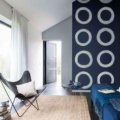 En bleu Eclipse, ce salon devient chaleureux et apaisant.