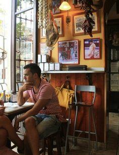 64 - Almería, los barrios, Empieza por el Kédate (Arapiles, 26), con ambiente flamenco y tapas suculentas, como patatas con alioli, queso fresco con miel, paella, migas, asadura, bacalaílla, aguja, y patatas a lo pobre. El botellín cuesta 1,90 euros.  En la Plaza de Marqués de Heredia abre La Bodeguilla de Marqués de Heredia (Poeta Villaespesa, 2), con ambiente taurino y una terraza donde degustar sus embutidos ibéricos y caseros: