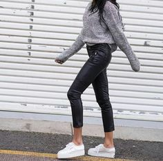 Παντελονι δερματίνη με oversize πλεκτό και λευκά sneakers