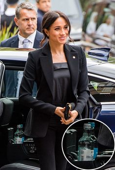 What Meghan Markle, Kate Middleton and Camilla Parker Bowles keep in their cars - and it will surprise you! Kate Middleton, Meghan Markle and Camilla Parker Bowles often keep these items in their car ready for their travels, can you guess what they pack? Prinz Harry Meghan Markle, Harry And Megan Markle, Meghan Markle Prince Harry, Prince Harry And Megan, Harry And Meghan, Beauty And Fashion, Fashion Looks, Royal Fashion, Prince Harry