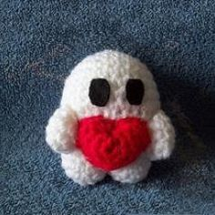 """""""I Love You Dude"""".  Download this free pattern at Amigurumipatterns.net.  Not sure what it is supposed to be but he looks like a cute ghost to me, so he's going on my Halloween board!"""