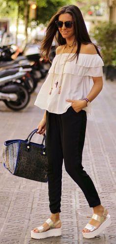 Look para la universidad blusa ooff the shoulders skinny jenas negros bolsa azul Trendy Dresses, Nice Dresses, Chic Outfits, Spring Outfits, Look Fashion, Womens Fashion, Ladies Fashion, Boho Stil, Mode Style