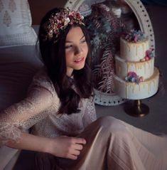 tarta de comunion blanca, dripp de chocolate y flores,   fotografia @gabrielamaellafoto