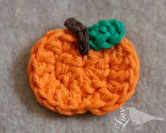 Free crochet pumpkin applique pattern, with lots of pictures! Crochet Pumpkin Pattern, Pumpkin Applique, Halloween Crochet Patterns, Easy Crochet Patterns, Free Pumpkin Patterns, Flower Patterns, Crochet Ideas, Dress Patterns, Appliques Au Crochet