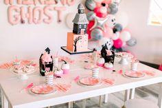 10 Spooktastic Decoration Ideas For Halloween Pink Halloween, Modern Halloween, Halloween Party Decor, Halloween Themes, Halloween Balloons, Spooky Halloween, Halloween 1st Birthdays, Costume Birthday Parties, Halloween Birthday