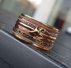 iXXXi Jewelry ist ein hochwertig, trendiges Wechselring-Schmucksystem aus Edelstahl. Es besteht aus einem Basisring mit Zierringen, Armbändern, Fussketten, Halsketten, Ohrringen und Sonnenbrillen, die in vielen Farben zusammengesetzt und kombiniert werden können. Da es eine Männer und eine Frauen-Kollektion gibt, ist es ein perfektes Geschenk, das jederzeit durch einen Zierring erweitert und verändert werden kann. Rings For Men, Beauty, Shopping, Jewelry, Fashion, Sunglasses, Stainless Steel, Gift, Armband