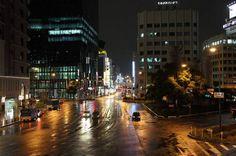 この日、夕方から雨となったので、静かな梅田界隈の風景が見物できるのではと思い、梅田まで出かけてみました。梅田大丸前     予想した通り、雨のせいで普段はごった返している梅田に車や人通りが少ないようです。     阪急百貨店前の歩道に人影が無いというのも珍しいのではな...