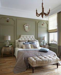 Спальня в зеленом цвете с высокими потолками для молодой семьи — классические приемы в новой интерпретации.