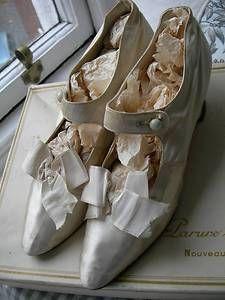 Antique-Edwardian-silk-wedding-shoes-1905 Vintage Purses, Vintage Shoes, Vintage Accessories, Vintage Dresses, Vintage Outfits, Fashion Accessories, Edwardian Shoes, Edwardian Fashion, Vintage Fashion