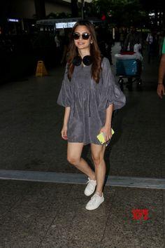 Mumbai: Kriti Kharbanda spotted at airport - Social News XYZ Indian Bollywood Actress, Bollywood Fashion, Indian Actresses, Drape Dress Pattern, Kirti Kharbanda, Casual Outfits, Fashion Outfits, Western Wear, Western Style