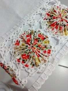 lovely use of crochet and yoyos for this border Crochet Fabric, Crochet Quilt, Crochet Home, Crochet Trim, Crochet Flowers, Knit Crochet, Crochet Borders, Crochet Projects, Clothes Crafts