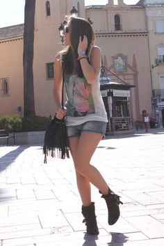 shorts and boots rocker image  | black pull&bear boots - black H&M bag - Mango shorts - Zara t-shirt