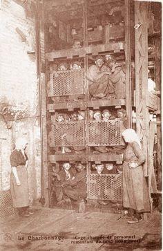 Mijnwerkers dicht opeengepakt in de schachtlift, terug uit de ondergrond. [Nels/PCCE - 029.55]