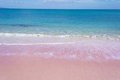 Spiaggia ROSA di Budelli, Sardegna Anche l'Italia può annoverare spiagge colorate da lasciare senza fiato. Quella rosa, sull'isola di Budelli, nell'Arcipelago della Maddalena, è un vero spettacolo della natura. Il colore della sabbia è di un cipria chiaro, con riflessi argentati, dovuti alla presenza di piccoli gusci di origine calcarea di organismi marini.