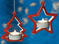 Fensterdeko Teelicht Hänger aus Keramik - Diese beiden Teelichthänger aus Keramik hängen ideal vor Weihnachten am Baum, Fenster oder an Gestecken. Das flackernde Teelicht schafft eine heimelige Atmosphäre.