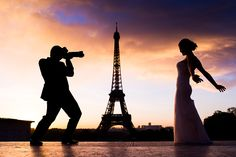 Silhouette picture of a photographer groom taking pictures of her bride. Sunrise in Paris at the Eiffel Tower. Picture taken by Wedding photographer in Paris Fran Boloni