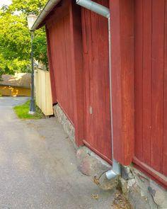 """Sarjamme """"Vino Naantali"""" jatkuu. Tässä vanhankapungin mäen päältä bongattu kaareutuva talo. Kuva ei tee vinoudelle oikeutta nimittäin talo oli kuvan alamäen puolelta kallellaan sisäpihalle päin ja taas ylämäestä kaatui kadulle päin täydentäen viuhkamuodon. Näillä mennään! Tämänkaltaisessa tilanteessa olennaista on muutosten seuraaminen jos vinous pahenee pitää seiniä ryhtyä oikaisemaan följareiden avulla. Riskinä on mahdollinen hirsien pullahtaminen paikoiltaan lumikuorman aikana tai…"""