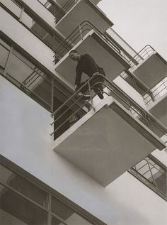 László Moholy-Nagy on the balcony of the Prellerhaus in Dessau (1927)