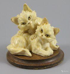 """Статуэтка Джузеппе Армани Two Kittens ПРОИЗВОДИТЕЛЬ: Florence - Giuseppe Armani (Италия) НАЗВАНИЕ: Two Kittens НОМЕР: 3564 ГОД: середина 1970-х СОСТОЯНИЕ: Отличное, без повреждений. Без оригинальной коробки. ВЫСОТА: 7 см ШИРИНА: 7 см ГЛУБИНА: 7 см МАРКИРОВКА: Подписана """"G. A."""" и имеет метку Capodimonte - букву N c короной на основании."""