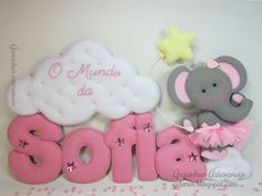 Child's Name Wall Decor: Stuffed Felt letters, accompanied by adorable felt elephant in a tutu with a cloud and star. The text on this page is in Spanish. Baby Crafts, Felt Crafts, Diy And Crafts, Crafts For Kids, Felt Name Banner, Felt Letters, Felt Wreath, Baby Mobile, Felt Baby