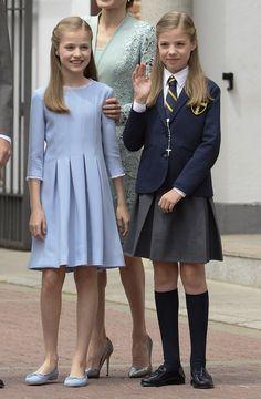 Princess Leonor and Infanta Sofia of Spain Through the Years Tween Fashion, School Fashion, Royal Fashion, Fashion Outfits, School Girl Dress, School Uniform Girls, Little Girl Dresses, Girls Dresses, Tween Mode