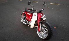 """(Kiến Thức) - Đi theo phong cách Street Cub của những dân chơi thế giới, chiếc xe máy Honda Super Cub 82 đời cũ đã được người chơi xe Tây Ninh độ cặp bánh """"siêu to khổng lồ"""" lấy từ xe hơi. Australian Icons, Honda Cub, Vespa, Cubs, Biker, Motorcycle, Cool Stuff, Vehicles, Retro Bikes"""