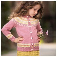 Etter at #gretekoften ble så populær har etterspørselen etter kofte til barn vært stor. Derfor valgte vi å komme med #gudrunkofte i den nye boken🌟 Koften er basert på #gudrunmønsteret som min tvillingsøster og jeg har laget sammen💖 Skjønne Fiola har også på #oldemorskjørt, strikket i #knittinginnafargen gul #alpakkawool🌟 @dustorealpakka Enda Mer #Bystrikk Foto @overhead.no Sweaters, Dresses, Fashion, Vestidos, Moda, Fashion Styles, Sweater, Dress, Fashion Illustrations
