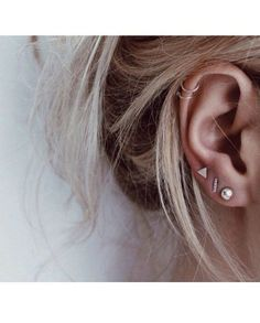 Trending Ear Piercing ideas for women. Ear Piercing Ideas and Piercing Unique Ear. Ear piercings can make you look totally different from the rest. Piercings Bonitos, Small Earrings, Stud Earrings, Triangle Earrings, Diamond Earrings, Multiple Earrings, Diamond Pendant, Emoji Earrings, Double Earrings