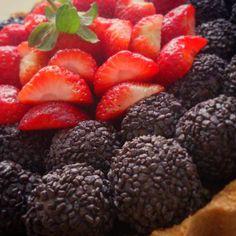 Eu que fiz!!! Uia!! #tortadebrigadeiro #feriado #brigadeiro #tortaartesanal #euquefiz #morango #chocolatepie #chocolate #brigadeiro #strawberry #pie #picoftheday #yummi #dessert #sobremesa