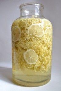 Bezinkový sirup |  30 květů Bezu 2l vody 1 citrón 2kg cukru 30g kyseliny citrónové Postup: Převaříme vodu a necháme ji zchladit. U květů ustřihneme stonky, aby zelených stonků zbylo co nejméně. Do lahve nebo hrnce dáme ustřižené květy, na kolečka nakrájený oloupaný citrón, kyselinu citrónovou a vše zalijeme převařenou a zchlazenou vodou. Necháme 24h luhovat. Nálev přecedíme přes hadřík, mírně zahřejeme (není třeba vařit) a přidáme cukr. Po rozpuštění cukru ještě teplé lahvujeme. Serbian Recipes, Good Food, Yummy Food, Fruit Water, Home Canning, Fruit Punch, Elderflower, Sweet Desserts, Healthy Drinks