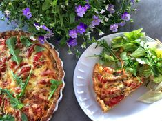 Dette er uten tvil den paien jeg har laget flest ganger. Den smaker bare så utrolig godt og så er den veldig enkel å lage. Det er også en flott måte å ha en kjøttfri dag på. Med denne supergode tomat- og løkpaien vil du ikke savne kjøtt. Server den med en god salat, da … Snacks, Vegetable Pizza, Food Inspiration, Quiche, Nom Nom, Food Porn, Food And Drink, Vegan, Baking
