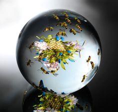 Ce ne sont pas des boules de sulfure de ST louis ou Baccarat et encore moins de Lalique, autrement dit d'origine des Vosges mais elles sont tout autant ou + jolies et décoratives.. abeilles-essaimant-ruche-florale
