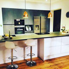 Leicht Einbauküche grifflos kombiniert mit Spachtel-Betonoptik-Arbeitsplatte