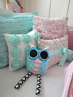 I love all of tthe pillows on this bed. Except for the owl looking one..kinda creepy.