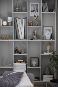 Diy Home : IKEA-hack: Förvandla bokhyllan Valje till en stillebenhylla. Ikea Bookcase, Cool Bookshelves, Bookshelf Design, Bookshelf Ideas, Bookshelf Inspiration, Bookshelf Styling, Ikea Eket, Billy Ikea, Home Interior
