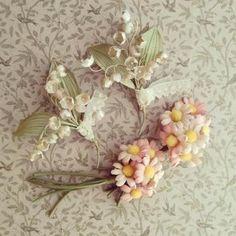 こちらの白いスズランのブローチはやや光沢のあるサテンで。ピンク色のマーガレットのブローチはビロードでつくられています。お花の種類によって布の素材を変えているんですね。