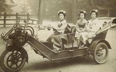 """""""自動三輪車に乗る舞妓、1920年代 Maiko on a 3 wheeler 1920s"""""""