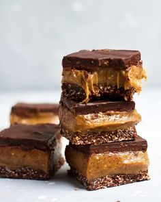 No-bake n NUT FREE caramel slice 😜. I love this allergy friendly version of one of our most popular desserts, and I pretty much promise you will, too! Raw Desserts, Delicious Desserts, Dessert Recipes, Healthy Desserts, Cheesecake Cupcakes, Cheesecake Bars, Chocolate Bar Recipe, Chocolate Bars, Nutella