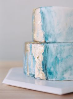 Gold leaf + blue marbleized cake: http://www.stylemepretty.com/california-weddings/berkeley/2016/06/24/kintsugi-editorial-submission/ | Photography: Blueberry Photography - http://www.blueberryphotography.com/
