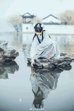 Young maiden looking at her reflection. Chinese Traditional Costume, Traditional Fashion, Traditional Outfits, Asian Style, Chinese Style, Poses, Hxh Characters, Japon Illustration, Geisha Art