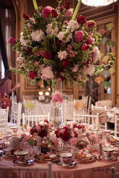 """Decoración de mesas para casamiento o mesas dulces elegante y sofisticada! Esta mesa captará las miradas de todos los comensales del evento por su combinación de estampados cuadriculados y floreados en la vajilla y su gran jarrón de cristal lleno de flores frescas y naturales. """"Ralph Lauren Romance"""" by Javier Iturrioz"""