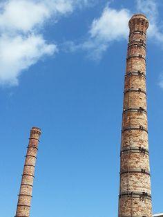 Isola di Favignana - le due ciminiere principali dei forni utilizzati per la cottura di tonni | da Lorenzo Sturiale
