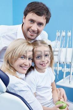 Familia es atendida por el odontólogo. Foto de archivo.