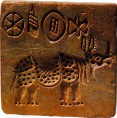 Sceau de la civilisation de la Vallée de l'Indus représentant un rhinocéros et quatre caractères d'une écriture qui reste encore indéchiffrée - Découvert à Mohenjo-Daro, un des principaux sites de cette civilisation, où l'on trouve les vestiges d'une des plus grandes cités de l'âge du bronze indien - IIIe millénaire avant notre ère - Musée national, Karachi, Pakistan.