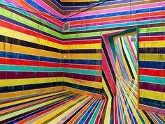 Une installation de l'artiste allemandMarkus Linnenbrink, qui a investi le centre Kunsthalle Nuernberg avec un arc en ciel dégoulinant réalisé grâce à un