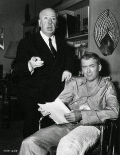 Alfred Hitchcock e James Stewart em um momento de descontração.