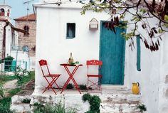 Gartentisch und Stuhl in fröhlichen Farben.